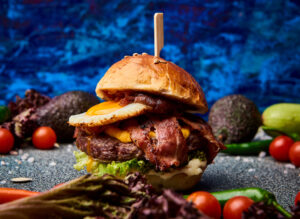 Burger cu vita black angus, ou si bacon
