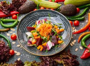 Salata cu sfecla si dovleac copt, salata lolla, rucola, dressing goji