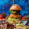Burger cu falafel, tahini, rucola, salata iceberg
