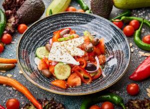 Salata cu branza feta, masline, rosii, castraveti, ceapa si oregano