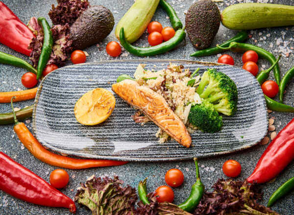 Somon, brocoli la aburi si salata de quinoa