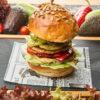 Burger vegetarian cu halloumi, hummus, dovlecei, ardei gras, rucola
