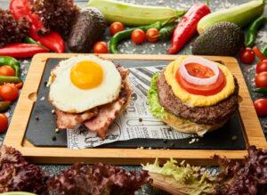 Vita wagyu, ou, bacon, salata iceberg, ceapa